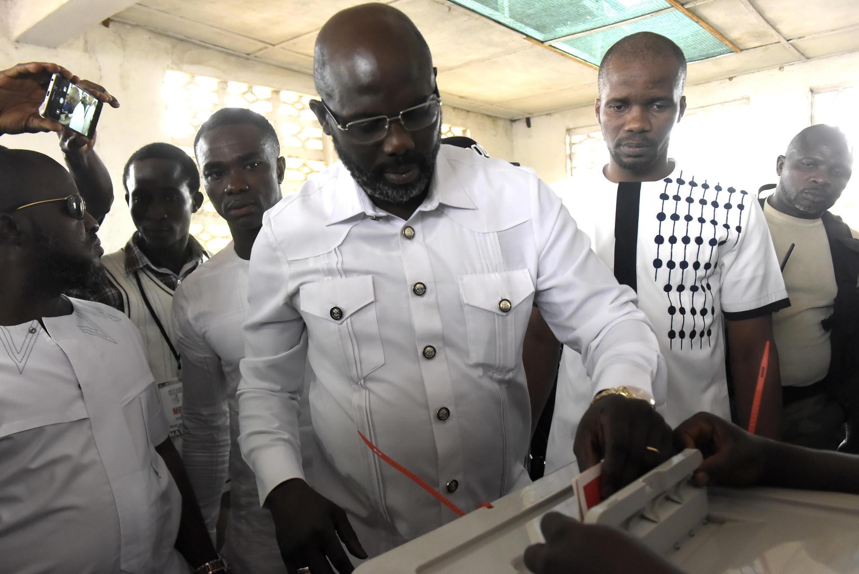 Dan takarar shugabancin kasar Liberia, George Weah, yayinda yake kada kuri'arsa a zaben shugaban kasar zagaye na biyu..