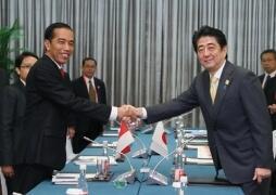 Tổng thống Indonesia Joko Widodo (trái) và Thủ tướng Nhật Bản Shinzo Abé gặp nhau bên lề Thượng đỉnh APEC, Bắc Kinh, Trung Quốc, 10/11/2014