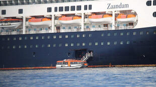 Les passagers du navire de croisière Zaandam en errance sur le Pacifique sont transférés sur un autre paquebot, le Rotterdam, samedi 28 mars 2020, à Panama. Plusieurs cas de coronavirus ont été détectés à bord du 1er navire.