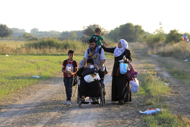 Des migrants syriens près de la ville de Roszke en Hongrie, après avoir traversé la frontière depuis la Serbie, le 29 août 2015.