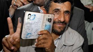 Mahmoud Ahmadinejad, après avoir voté, le 12 juin 2009, à Téhéran.