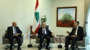 De gauche à droite: le président du Parlement Nabih Berri, le président Michel Aoun et le nouveau Premier ministre Moustapha Adib, le 31 août au palais présidentiel.