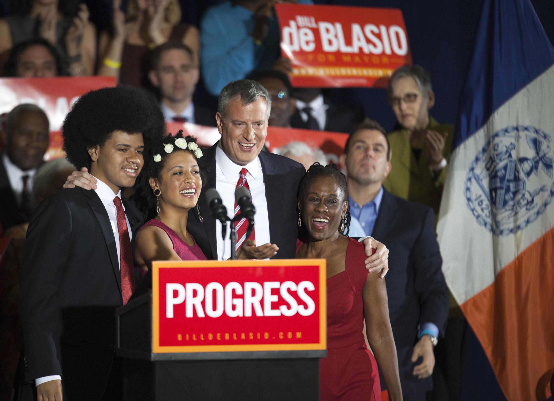 Tân Thị trưởng New York Bill de Blasio và vợ (P) cùng hai con trong đêm thắng cử, tại khuôn viên Slope Armory, New York, 05/11/2013
