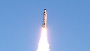 Bắc Triều Tiên bắn thử tên lửa Pukguksong-2. (Ảnh KCNA công bố ngày  13/02/2017)