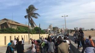 Les sympathisants du député-maire de Dakar Khalifa Sall ont bloqué la route de la corniche devant la prison de Rebeuss, le 22 novembre 2017.