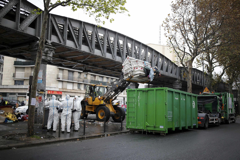 Снос крупнейшего стихийного лагеря мигрантов в Париже между станциями метро «Сталинград» и «Жорес», 4 ноября 2016 г.