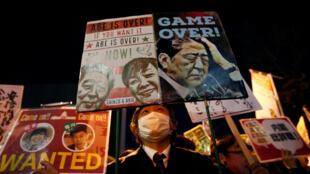 Biểu tình đòi ông Shinzo Abe từ chức trước cửa nhà riêng của thủ tướng Nhật,  sau thú nhận của bộ trưởng Tài Chính, Tokyo, 12/03/2018