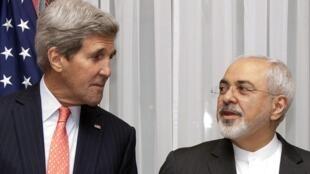 O secretário de Estado dos Estados Unidos, John Kerry, e o chanceler iraniano, Mohammad Javad Zarif, negociam o acordo nuclear iraniano.