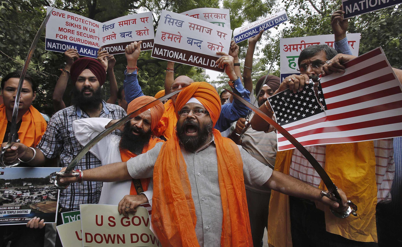 Des activistes d'un parti politique communautaire sikh manifestent à New Delhi le 6 août 2012 après la fusillade aux Etats-Unis.