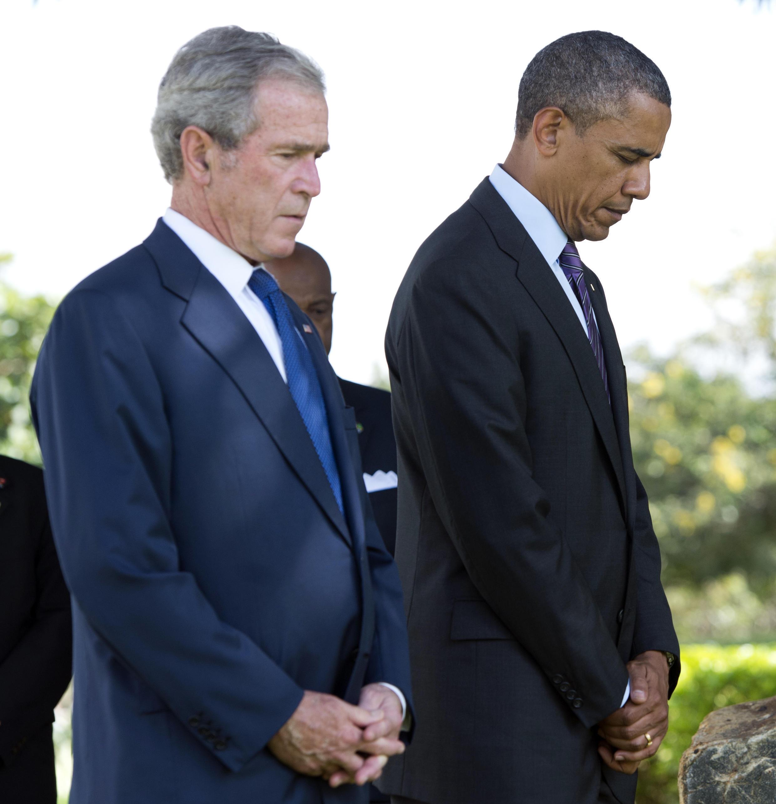 លោកអតីតប្រធានាធិបតីអាមេរិក George W. Bush និងលោក Barack Obama