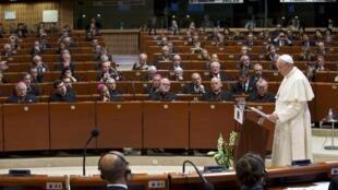 Le pape François face à l'hémicycle du Conseil de l'Europe à Strasbourg, le 25 novembre 2014.