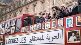 Six femmes syriennes témoignent à Paris à bord d'un bus londonien, place de la République à Paris le 27 janvier dernier, le « bus de la liberté » parcourt l'Europe et ira jusqu'à Damas assurent-elles.