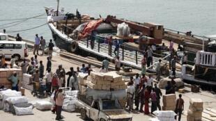 Le port de Kismayo, en novembre 2013. Située dans le sud de la Somalie, la ville contient l'un des trois ports en eau profonde de la Somalie. Sa proximité avec le nord du Kenya et l'Ethiopie en fait un haut lieu de commerce et d'échanges.