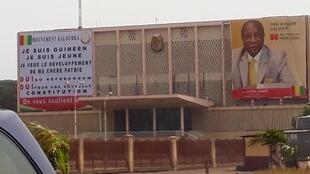 Une affiche en faveur d'une nouvelle Constitution sur la façade du Palais du peuple qui abrite l'Assemblée nationale, en avril 2019.