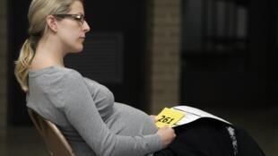 Julie Schultz, enceinte de 8 mois, attend son tour pour recevoir le vaccin contre la grippe A H1N1 le 24 octobre 2009, au collège Daley de Chicago (Etats-Unis).