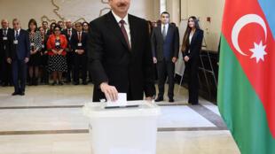 الهام علیاُف رئیس جمهوری آذربایجان در یکی از حوزههای رأیگیری در باکو، رأی خود را به صندوق میاندازد. چهارشنبه ۲۲ فروردین/ ١١ آوریل ٢٠۱٨