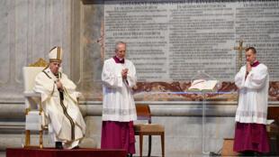 El papa Francisco (izq) oficia la misa de Pascua el 12 de abril de 2020 en la Basílica de San Pedro del Vaticano