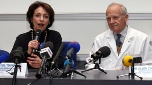 A ministra da Saúde Marisol Touraine, ao lado do professor Alain Carpentier, criador do coração artificial