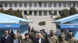 Ngoại trưởng Mỹ Rex Tillerson (G) thăm vùng phi quân sự giữa Hàn Quốc và Bắc Triều Tiên, ngày 17/03/2017.