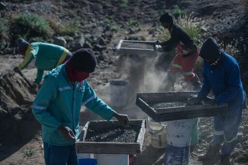 Extracção mineira é ganha pão para muitos em diversas latitudes africanas.