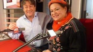 La artista argentina María Amaral con Jordi batallé en RFI
