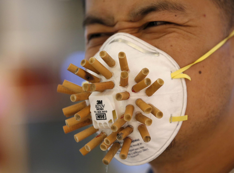 В мире каждый год от курения преждевременно умирают более 7 миллионов человек. На фото: маска, сделанная китайским дизайнером Вен Фангом для выставки Beijing Design Week 2015