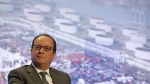 """فرانسوا هولاند، رییس جمهوری فرانسه در مراسم افتتاح کشتی """"بوگنویل"""""""