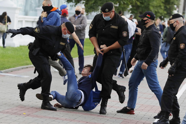 Задержание белорусским ОМОНом участника митинга протеста против отказа в регистрации оппозиционным кандидатам на выборах. Минск, 14 июля 2020