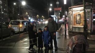 familia recién llegada a París desde Koweït, busca albergue ciudadano y estatuto de refugiados