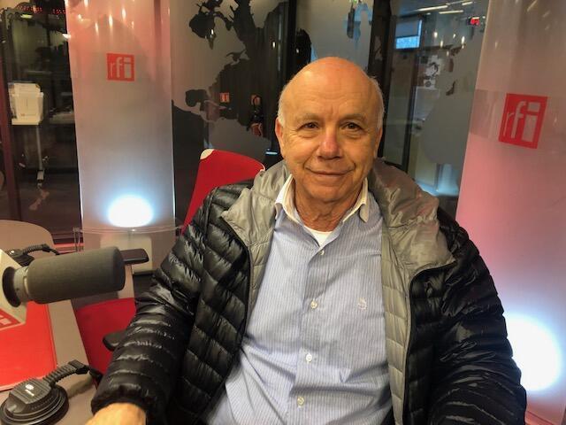 O professor Carlos Cury nos estúdios da RFI em Paris