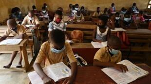 Une salle de classe ivoirienne à l'heure du Covid-19.