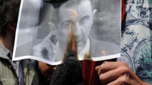 Người biểu tình đốt hình tổng thống Syria