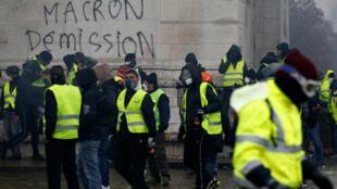 """Khẩu hiệu """"Macron - Từ chức"""" vẽ trên tường Khải Hoàn Môn ngày 01/12/2018 nhân cuộc biểu tình của phong trào Áo Vàng tại Paris."""
