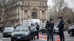 法国巴黎警察进行防疫路检活动资料图片