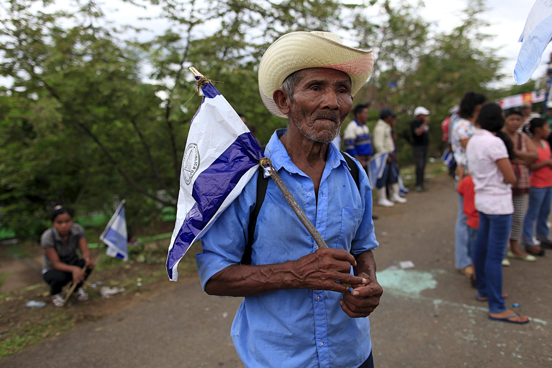 Un manifestant arbore un drapeau du Nicaragua lors d'une marche contre le Canal.