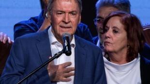 Le gouverneur péroniste, Juan Schiaretti avec sa femme Alejandra Vigo après sa réélection dans la province de Cordoba, le 12 mai 2019