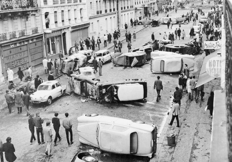 Баррикады из автомобилей на улице Гей-Люссак в Латинском квартале Парижа 11 мая 1968