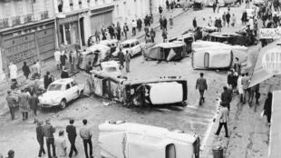 Barricadas hechas con automóviles bloquean la calle Gay-Lussacen Pariís tras los enfrentamientos, el 11 de mayo de 1968.