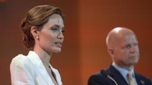 Angelina Jolie e William Hague, na abertura da Conferência internacional em Londres, em 10 de junho de 2014.