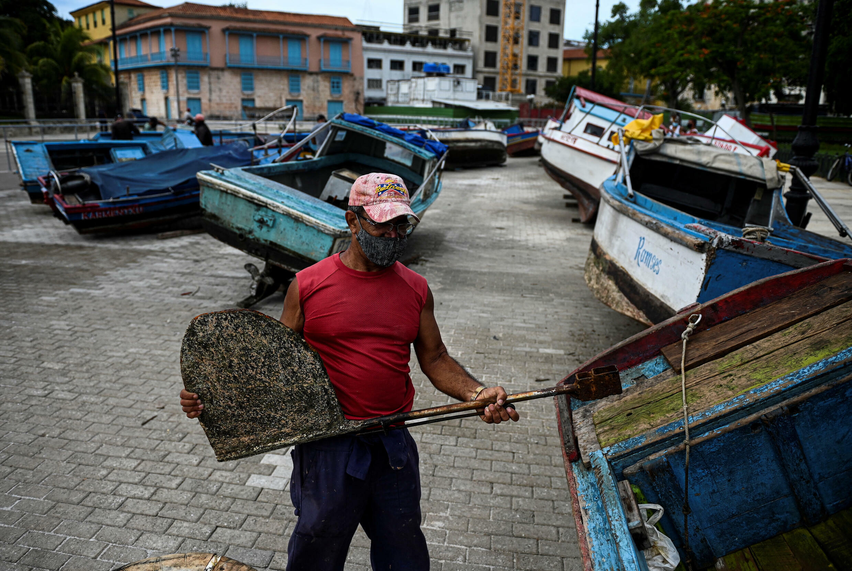Un pêcheur sécurise son bateau à terre avant le passage de la tempête tropicale Elsa à La Havane, le 5 juillet 2021.