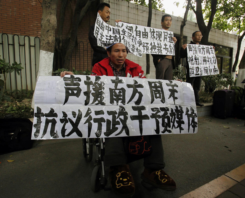 Biểu tình ủng hộ các nhà báo của tuần báo Nam Phương ở Quảng Châu chống kiểm duyệt báo chí, ngày 9/1/2013.