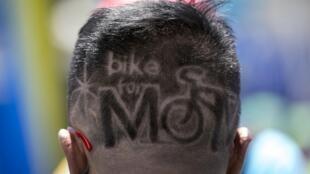 Un participant a opté pour une coiffure en accord avec l'événement « Bike for Mom ».