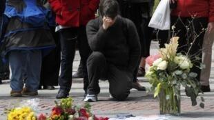 Americanos prestam homenagens às vítimas do atentado da Maratona de Boston, nesta quarta-feira, dia 24 de abril, na rua onde aconteceu o ataque.