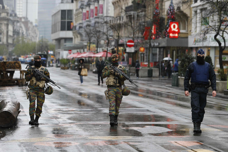 Бельгийские солдаты и полицейские патрулируют центр Брюсселя, суббота, 21 ноября 2015 г.