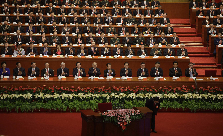 Les délégués applaudissent le président chinois Hu Jintao à l'ouverture du XVIIIe congrès du PCC, le 8 novembre 2012.