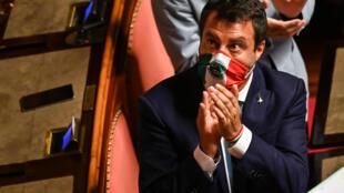El líder del ultraderechista partido Lega, Matteo Salvini, agradece aplausos de sus correligionarios al finalizar su discurso ante el Senado italiano, el 30 de julio de 2020 en Roma