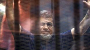 L'ex-président Morsi lors de son entrée au tribunal le 16 mai 2015.
