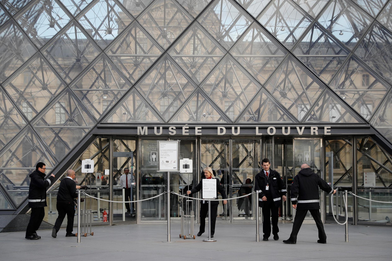 Une photo prise le 13 mars 2020 montre l'entrée du musée du Louvre à Paris, après l'annonce de la fermeture « jusqu'à nouvel ordre », à cause du coronavirus.