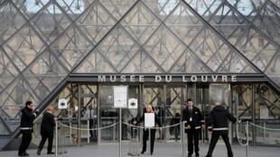 L'entrée du musée du Louvre à Paris, après l'annonce de la fermeture «jusqu'à nouvel ordre», à cause du coronavirus.