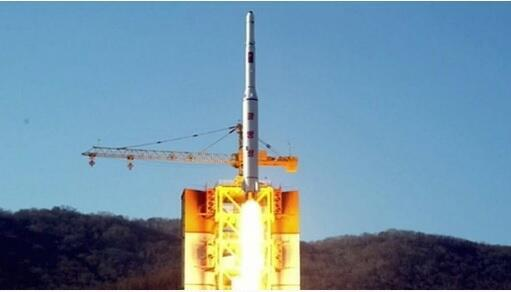 عکسی از پرتاب موشک ماهوارهبر کره شمالی، برگرفته از فیلم منتشر شده از تلویزیون دولتی این کشور. ٧ ژانویه ٢٠۱۶